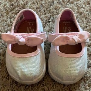 Tiny Toms baby girl size 4 - EUC silver w/pink bow